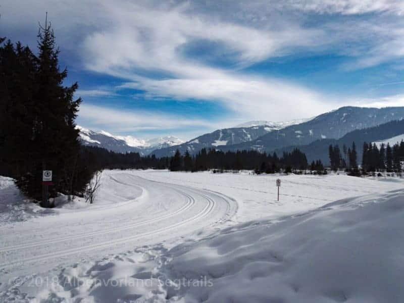 Schnee mit Langlaufpiste und Fönwolken
