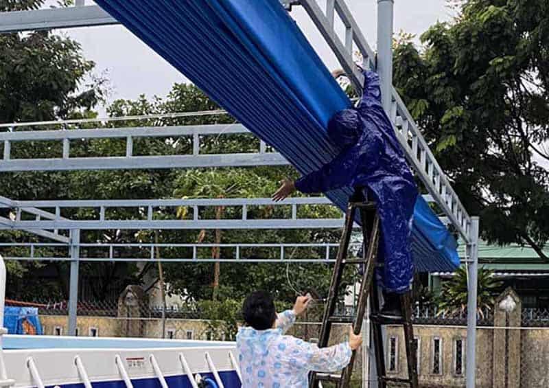 Buộc mái che di động khi sắp có mưa bão tại Đà Nẵng