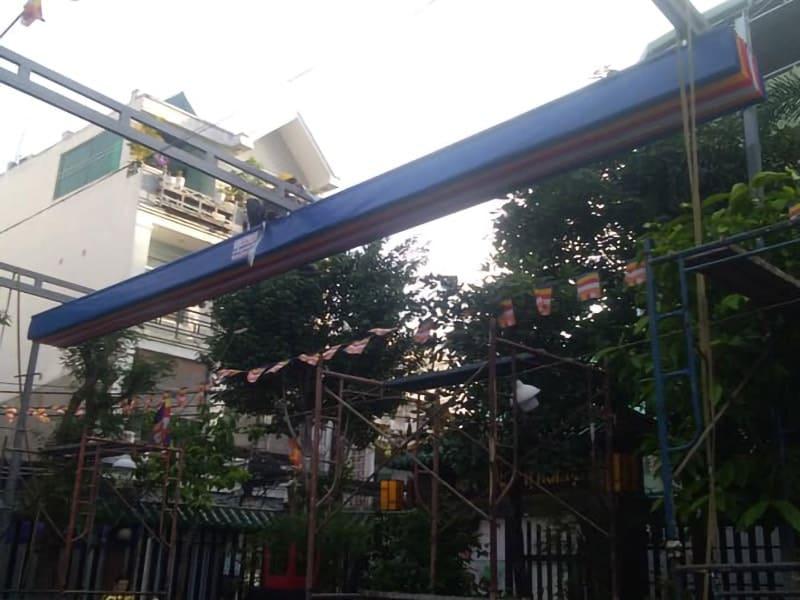 lắp đặt mái che nắng mưa di động tại sân chùa