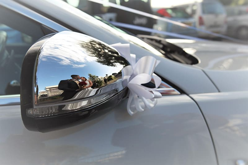 Wing mirror decorated with ribbons included in our Wedding Car services