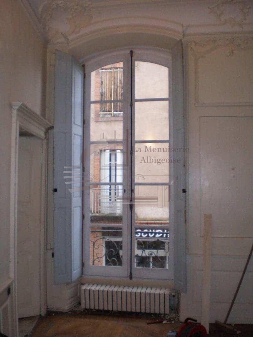 Fenêtre haute en bois dans le Tarn