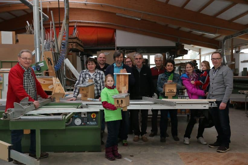 Mitglieder der VLAB-Kreisgruppe Rhön-Grabfeld beim Bau von Nistkästen Bild © Kreisgruppe Rhön-Grabfeld