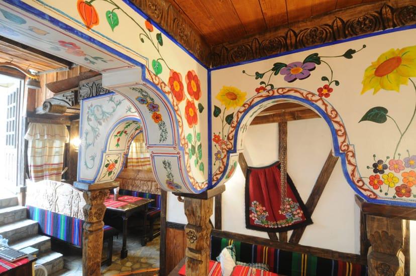 Decoración dentro del restaurante Hadjidraganovite-izbi