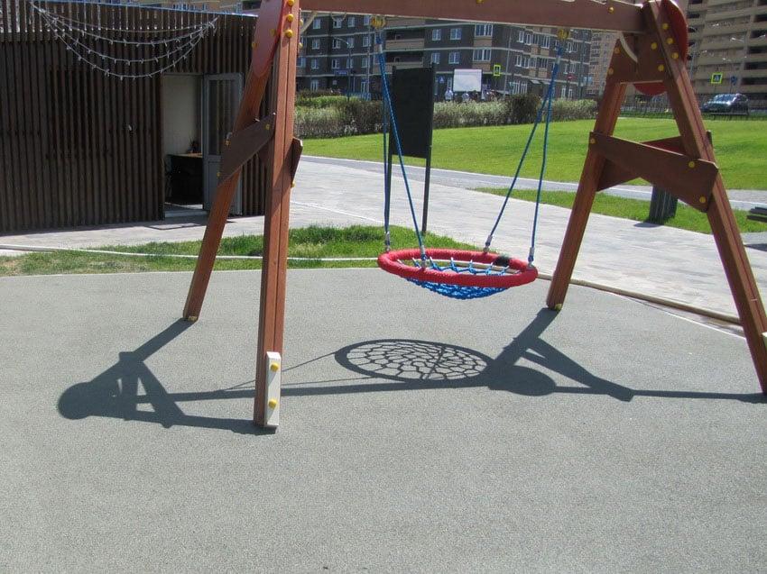 Мягкое резиновое покрытие для детских площадок.