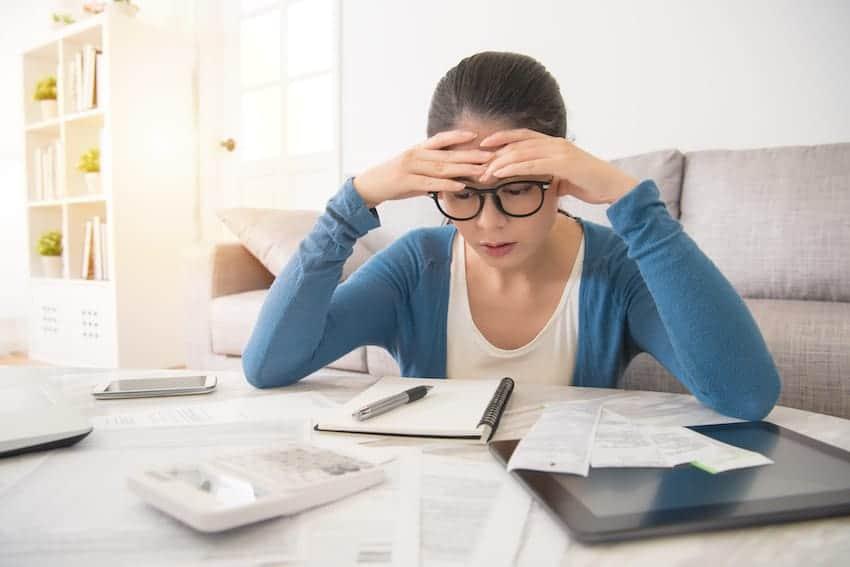 Frau kalkuliert Kosten für ELearning