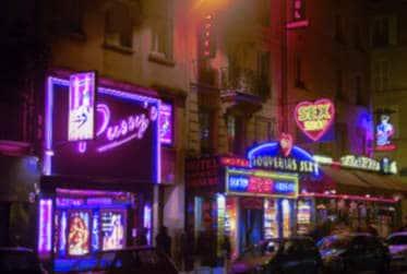 Pigalle, éternel lieu de rencontre parisien pour des exhibs et du sexe