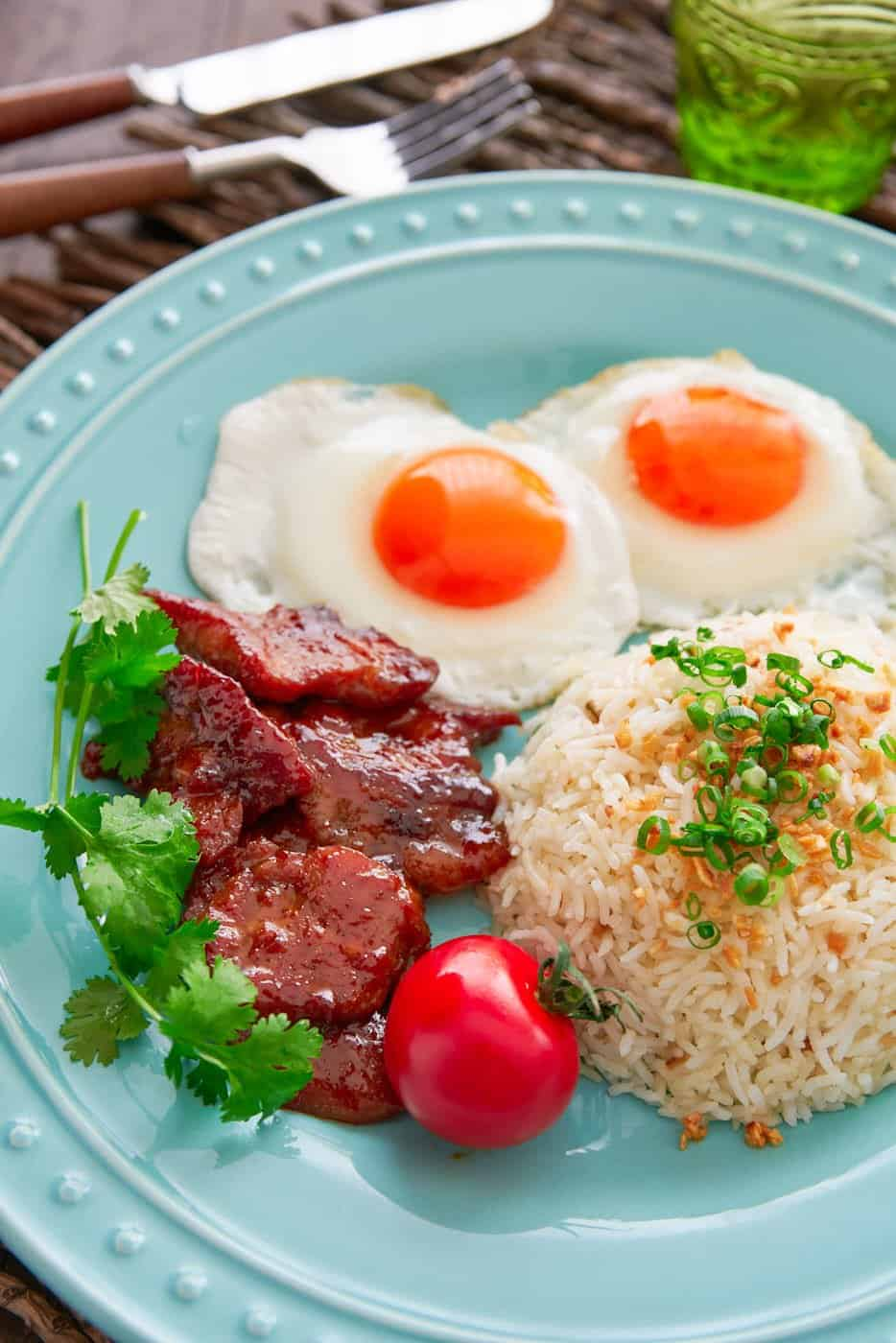 Tosilog is one of the best breakfasts ever. With sweet and savory Tocino (Filipino Bacon), garlicky Sinangag (garlic fried rice), and sunny side up eggs, this classic Filipino combo is the perfect way to start your day.