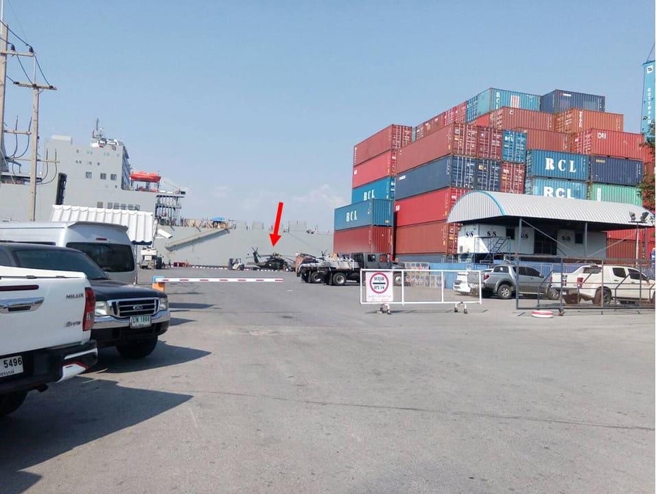 เฮลิคอปเตอร์ Black Hawk ถูกลำเลียงขึ้นท่าที่ท่าเรืออู่ตะเภา