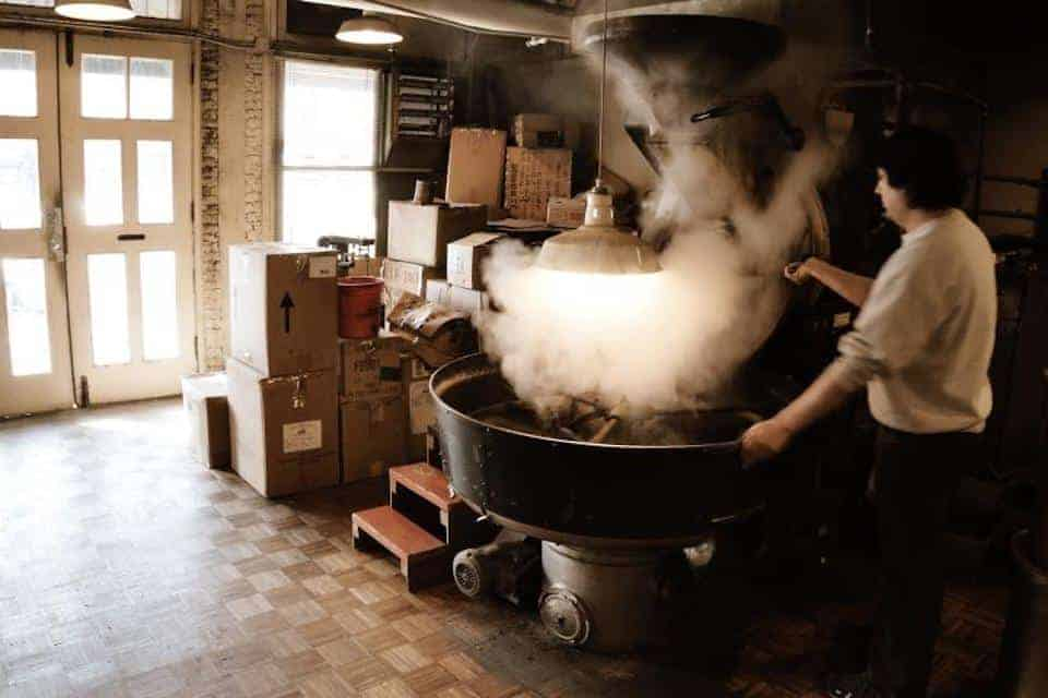 Roasting coffee beans in a drum roaster