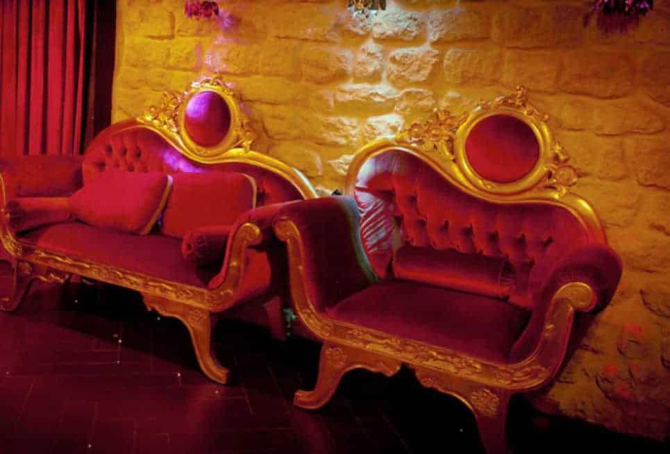 Envie de vous asseoir à côté d'un couple de beaux libertins ?