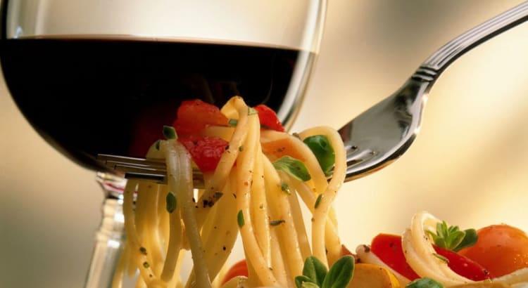 Essa é uma dupla mais que espetacular! Um bom vinho e bellissimo piatto di pasta (belo prato de pasta)! Huumm… Essa é com certeza uma combinação que deixa qualquer pessoa… Continue lendo…