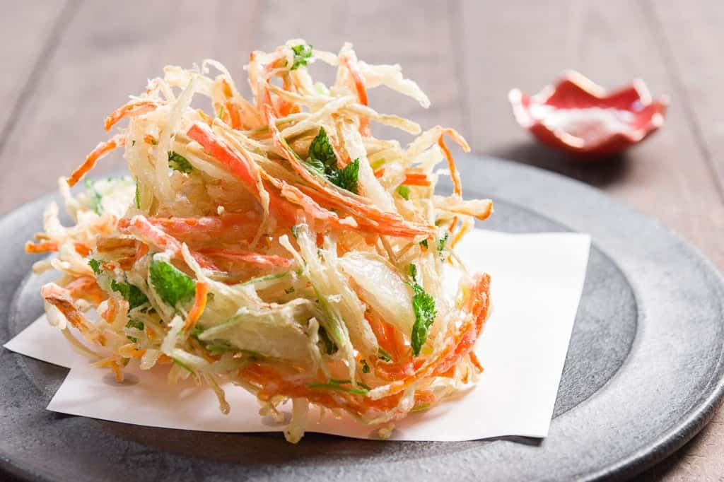 Japanese kakiage fritters are a type of tempura made with vegetables such as budock, onions, and onions.