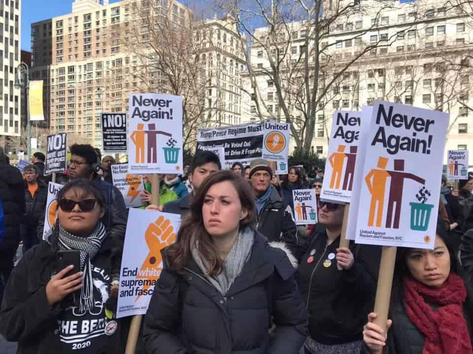 Manifestantes con carteles que dicen