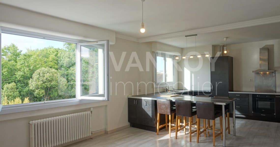 Exclusivité / Bordeaux - Saint-Augustin / Spacieux T4 de 94 m² en dernier étage / Pièce de vie
