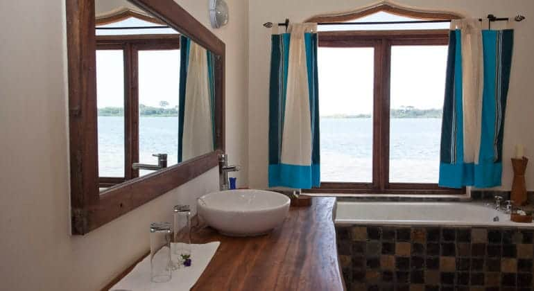 Pinneapple Bay Bathroom