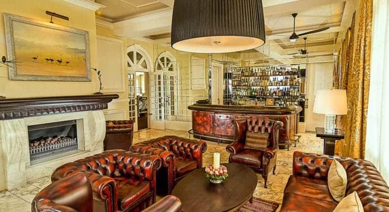 Hemingways Nairobi Bar