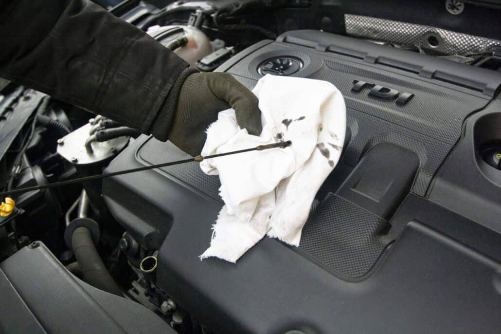 Cómo medir el nivel de aceite del coche