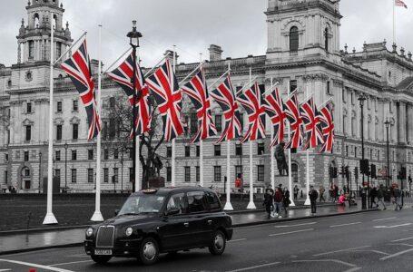 Arriado de la bandera en el Palacio de Buckingham tras la muerte del Príncipe Felipe