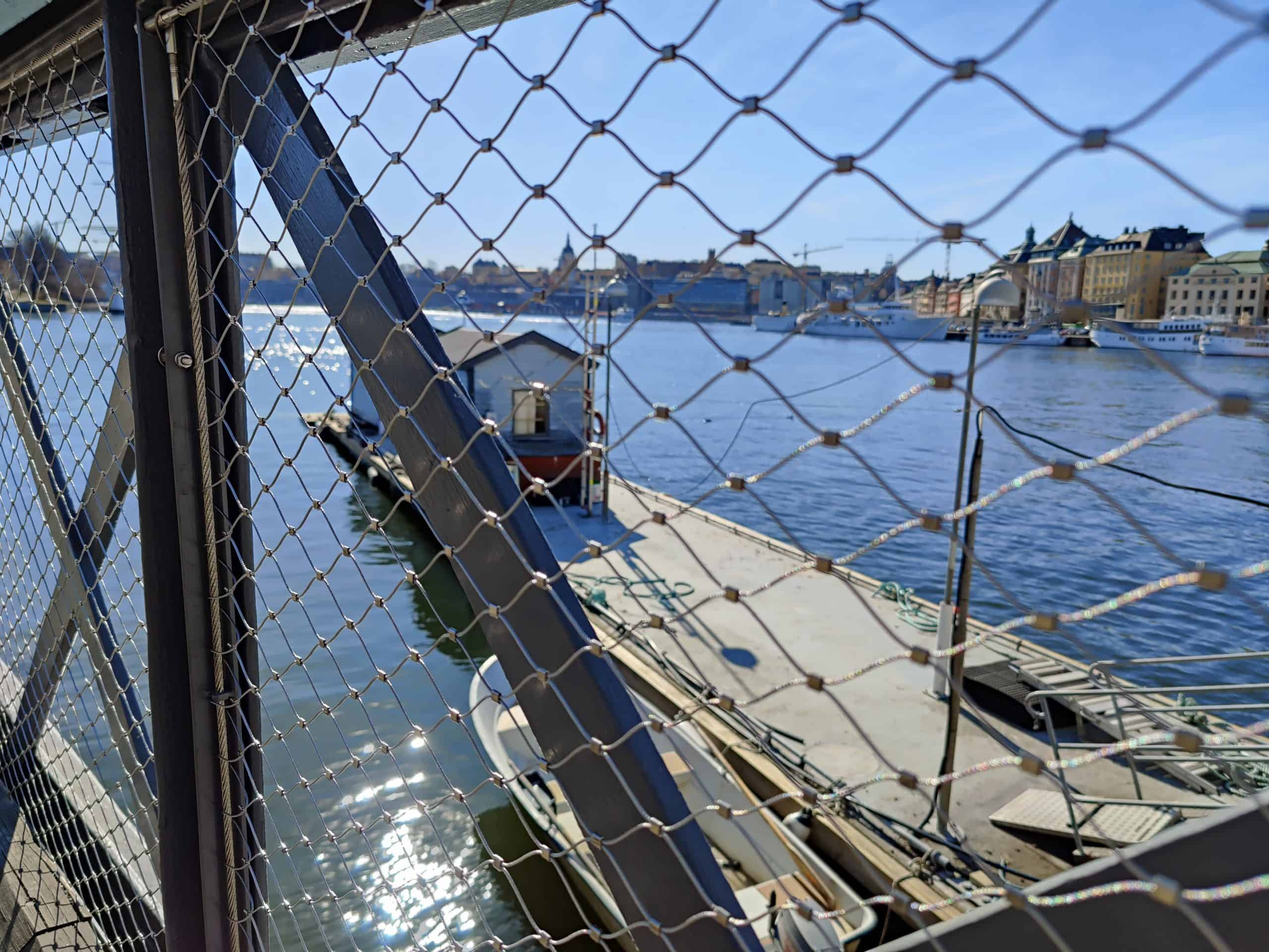 Skeppsholmsbron med utsikt över vattnet och det nya skyddsnätet från X-Line
