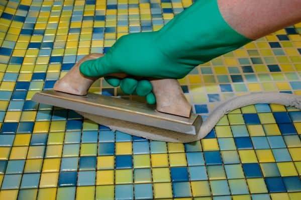 Затирка мозаики резиновым шпателем