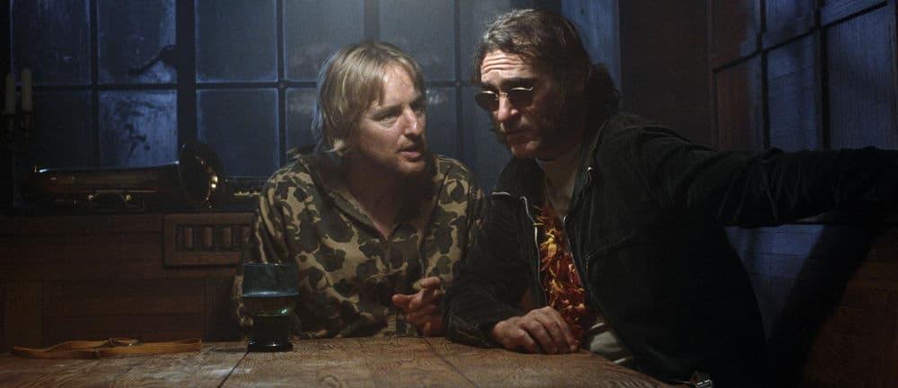 Joaquin Phoenix et Owen Wilson dans Inherent Vice