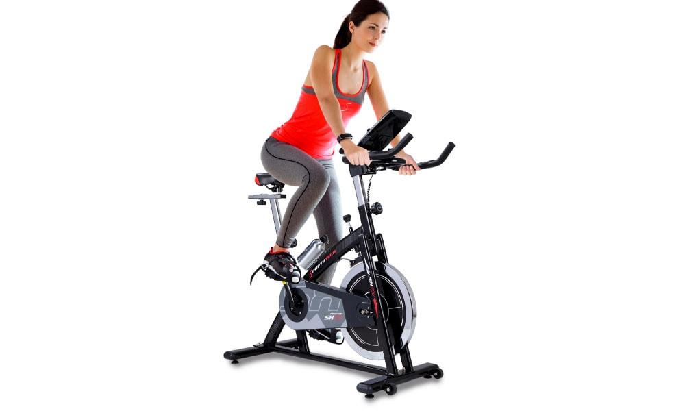 Mujer entrenando con una Sportstech sx200
