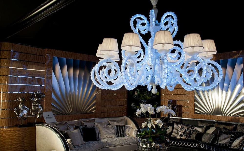 blu-con-divano-lampadari-lusso-artigianali-artistici-italiani-design-classici-eleganti-personalizzati-decorativi-illuminazione-vetro-murano