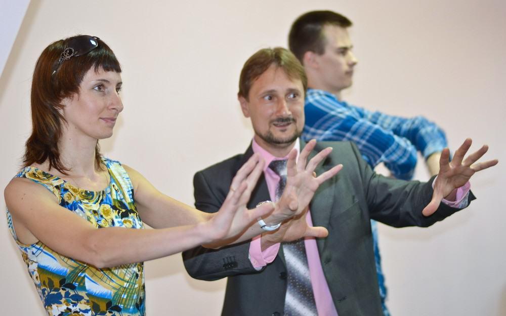 Куда девать руки? Обучение жестам на занятиях Школы Ораторского Мастерства