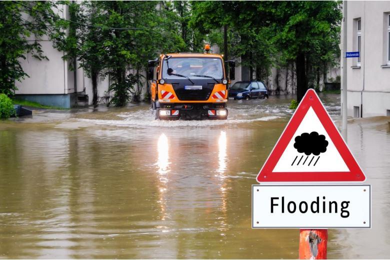 Непогода в Германии: машина едет по затопленной улице