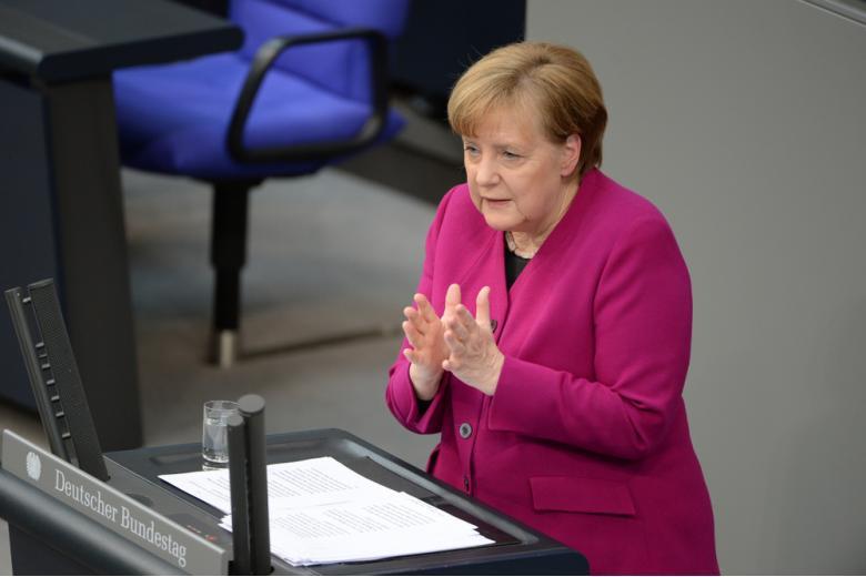 Меркель выступает в Бундестаге фото