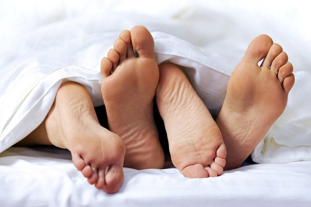 Imagen de una pareja en la cama