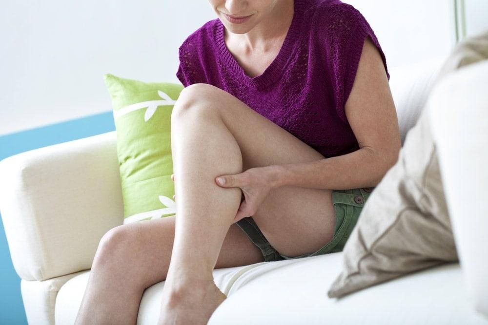 Imagen de una mujer que tiene calambres de piernas durante el embarazo