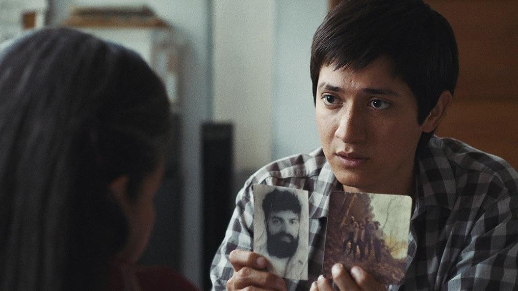Ernesto montre les photos des morts à Nicolasadans Nuestras madres