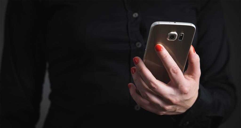 kobieta odbiera sms