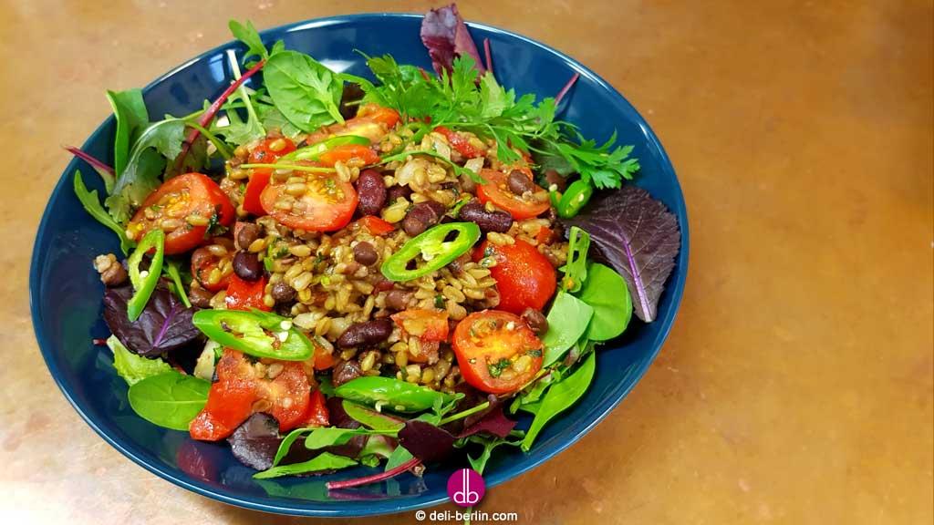 Rauchiger Dinkel-Bohnensalat mit Chipotle-Honig-Vinaigrette