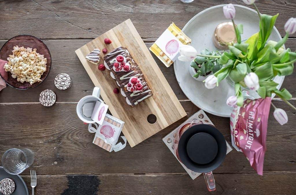 Kaffeetisch Dekoration zum Muttertag mit Muttertagsgeschenk