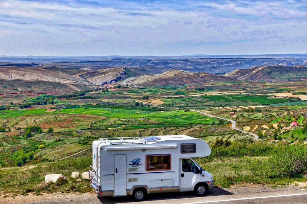 Camper Deluxe - Camper bij groen landschap