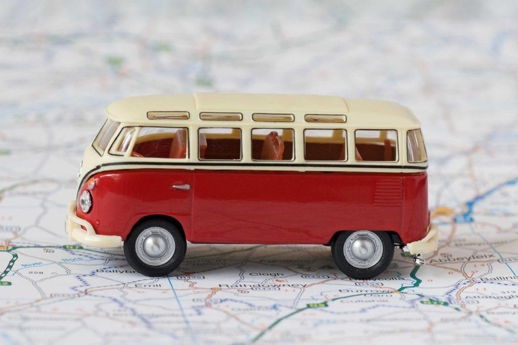 küçük oyuncak minibüs haritanın üzerinde duruyor