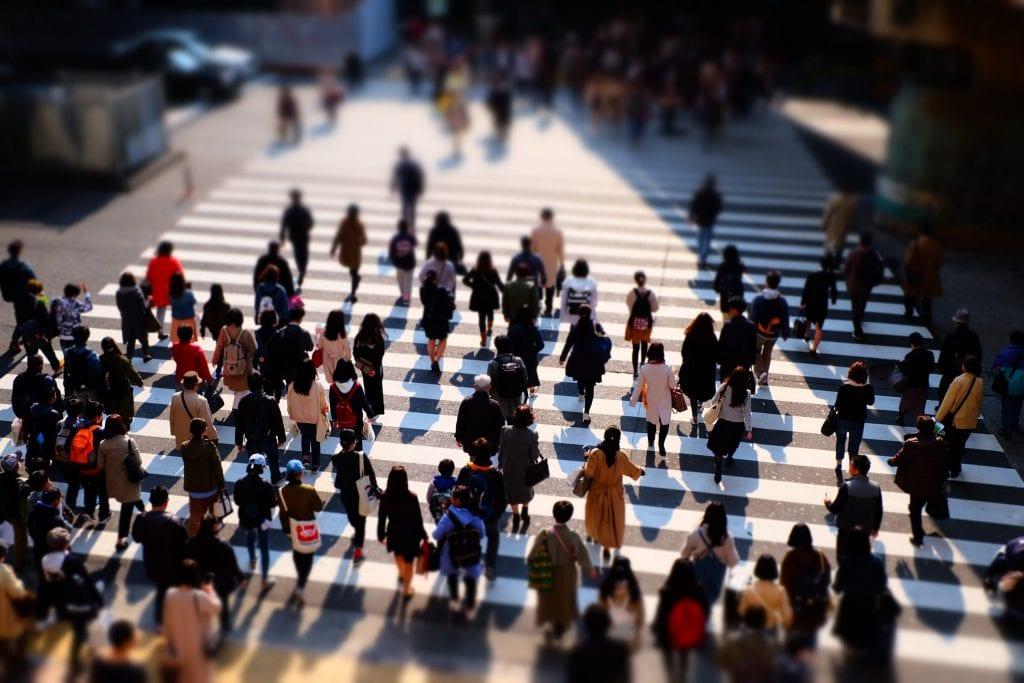 kalabalık insanlar yolda yürüyor