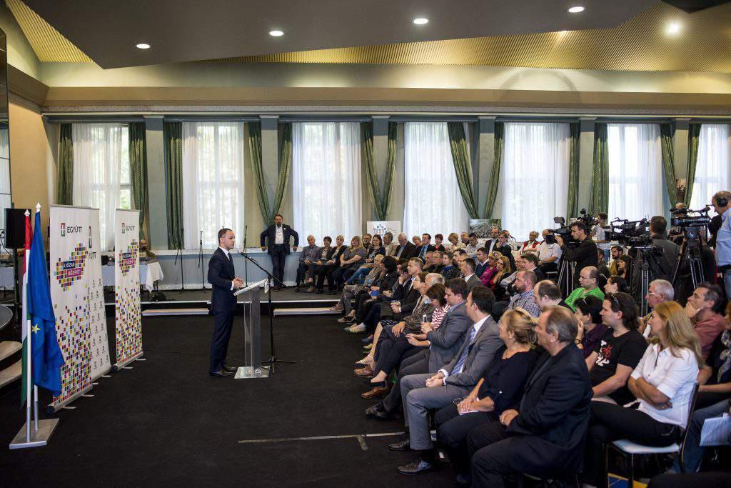 Budapest, 2016. szeptember 24. Szigetvári Viktor, az Együtt elnöke (b) a párt évi rendes küldöttgyûlésének megnyitóján a budapesti Versailles Rendezvényteremben 2016. szeptember 24-én. MTI Fotó: Marjai János