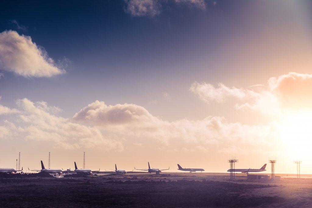 Mehrere Flugzeuge stehen auf einem Rollfeld still