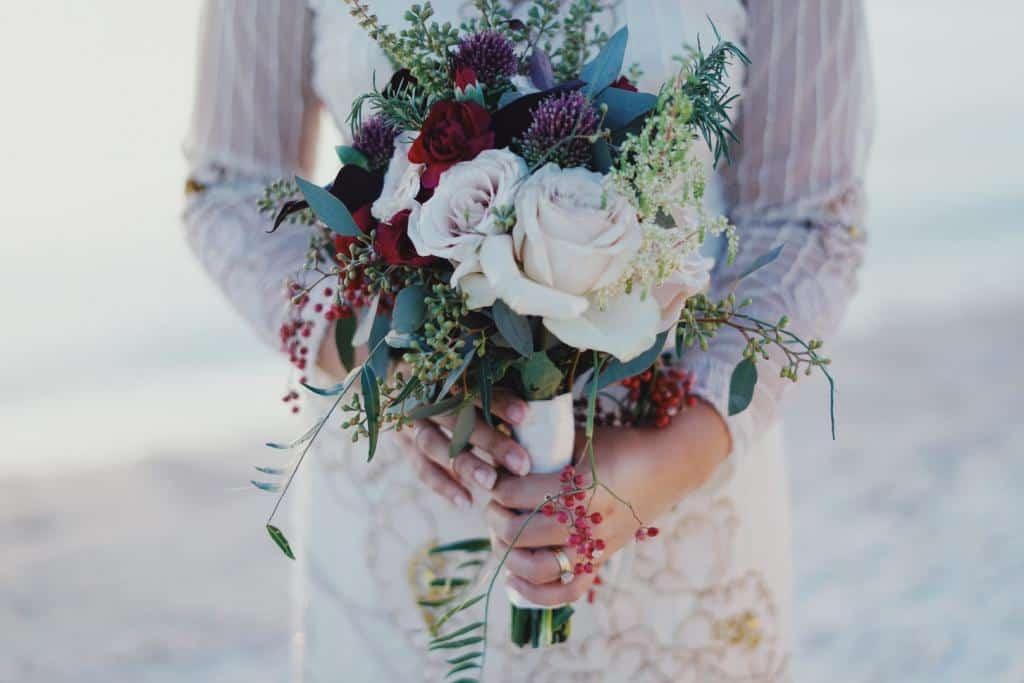 Piękny bukiet weselny wykonany przez florystkę