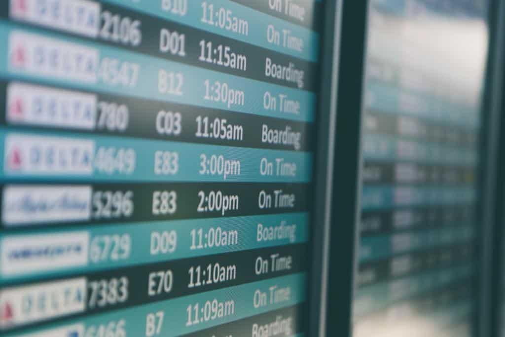 opóźniony lot na tablicy informacyjne