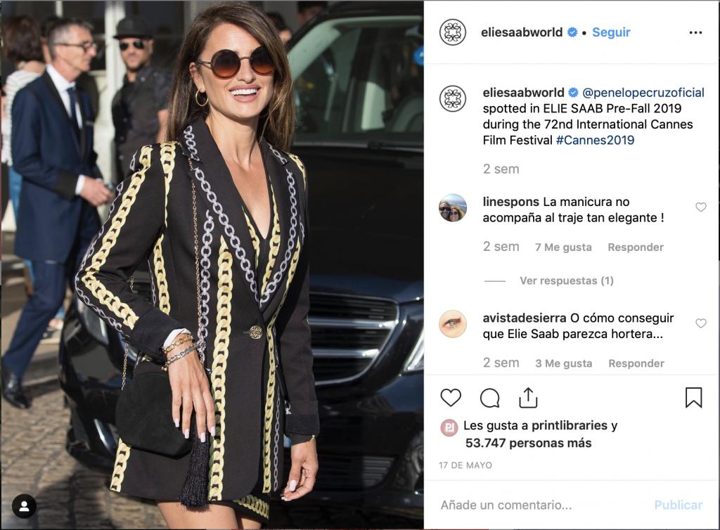 Captura del instagram de Ellie Saab en el que aparece Penélope Cruz con un traje que tiene motivos de cadenas.