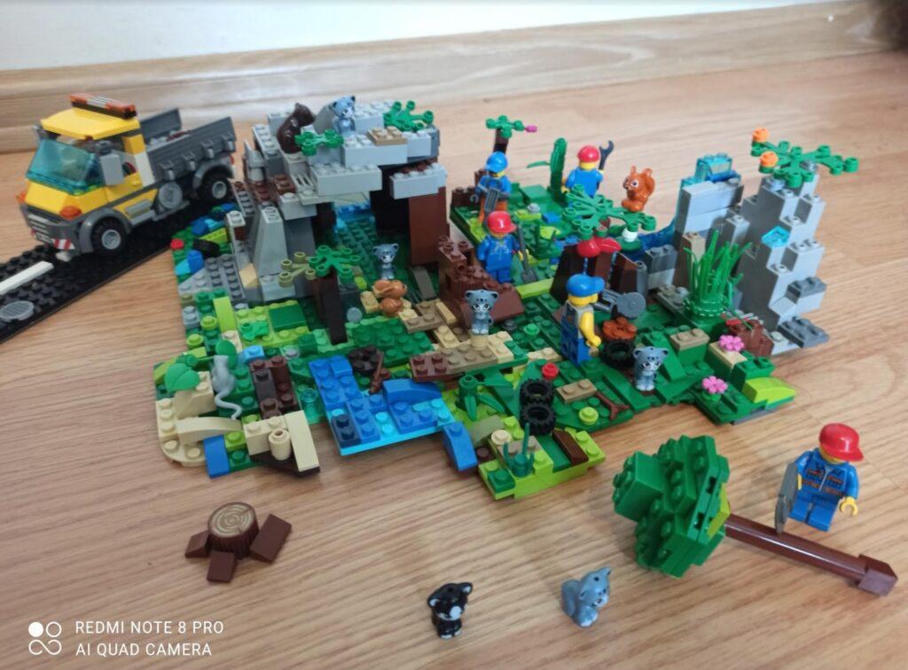 """Ilustracja z klocków Lego do książki:""""Wojownicy. Północ""""."""