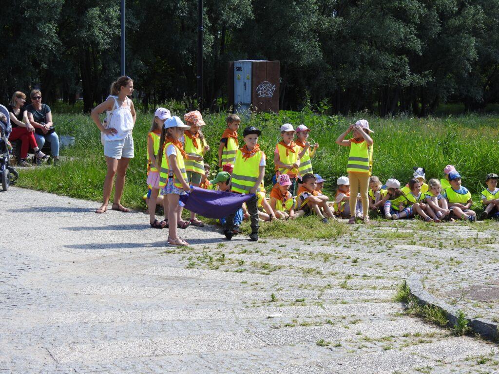 Dzieci w parach trzymają kolorowe chusty.