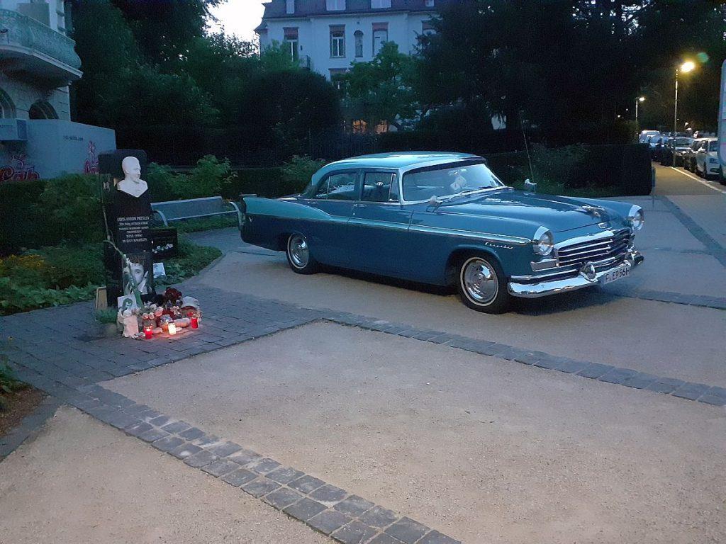 Elvis-Festival in Bad Nauheim mit stilechtem Cadillac neben der Elvis-Stele