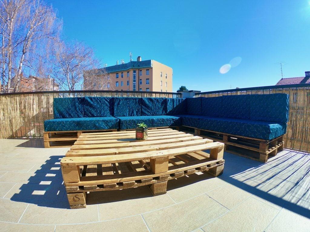 Terrazzo con divano fatto di bancali al Travellers' Loft a Varese