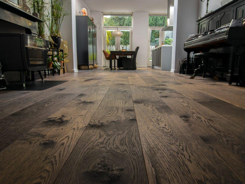 Donker bruine eikenhouten vloer