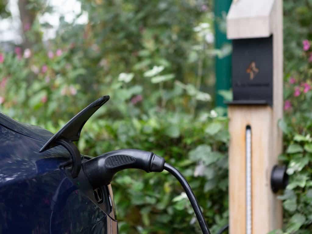 Opladen elektrische auto Dutzfloors
